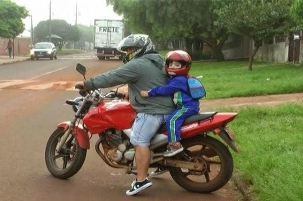 como levar criancas na garupa - Moto Honda Motopel